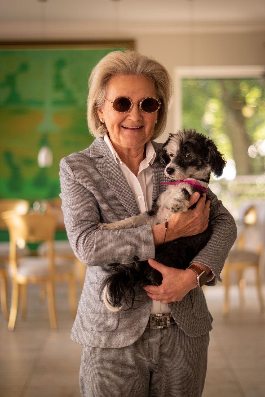 Yasemin Hakverdi mit Ihrem Hund Cai in Ihrem Haus im Aachener Süden